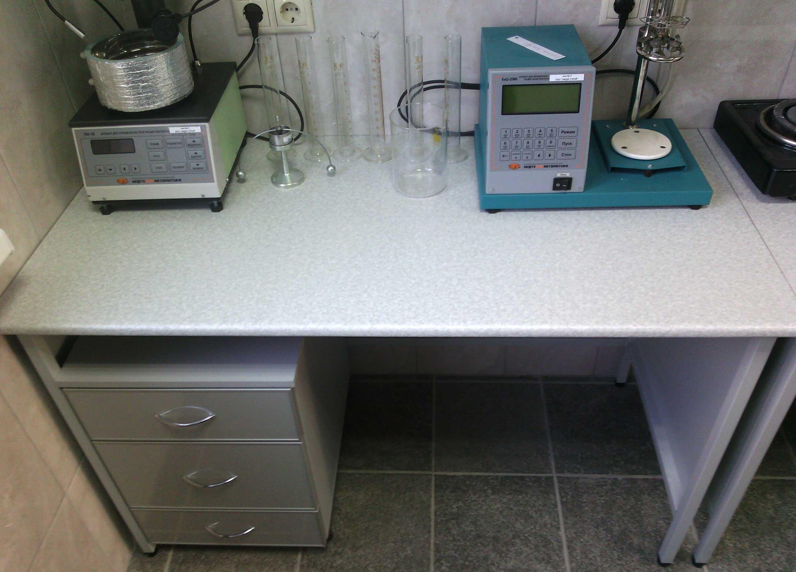 Стол лаборанта на металлическом каркасе
