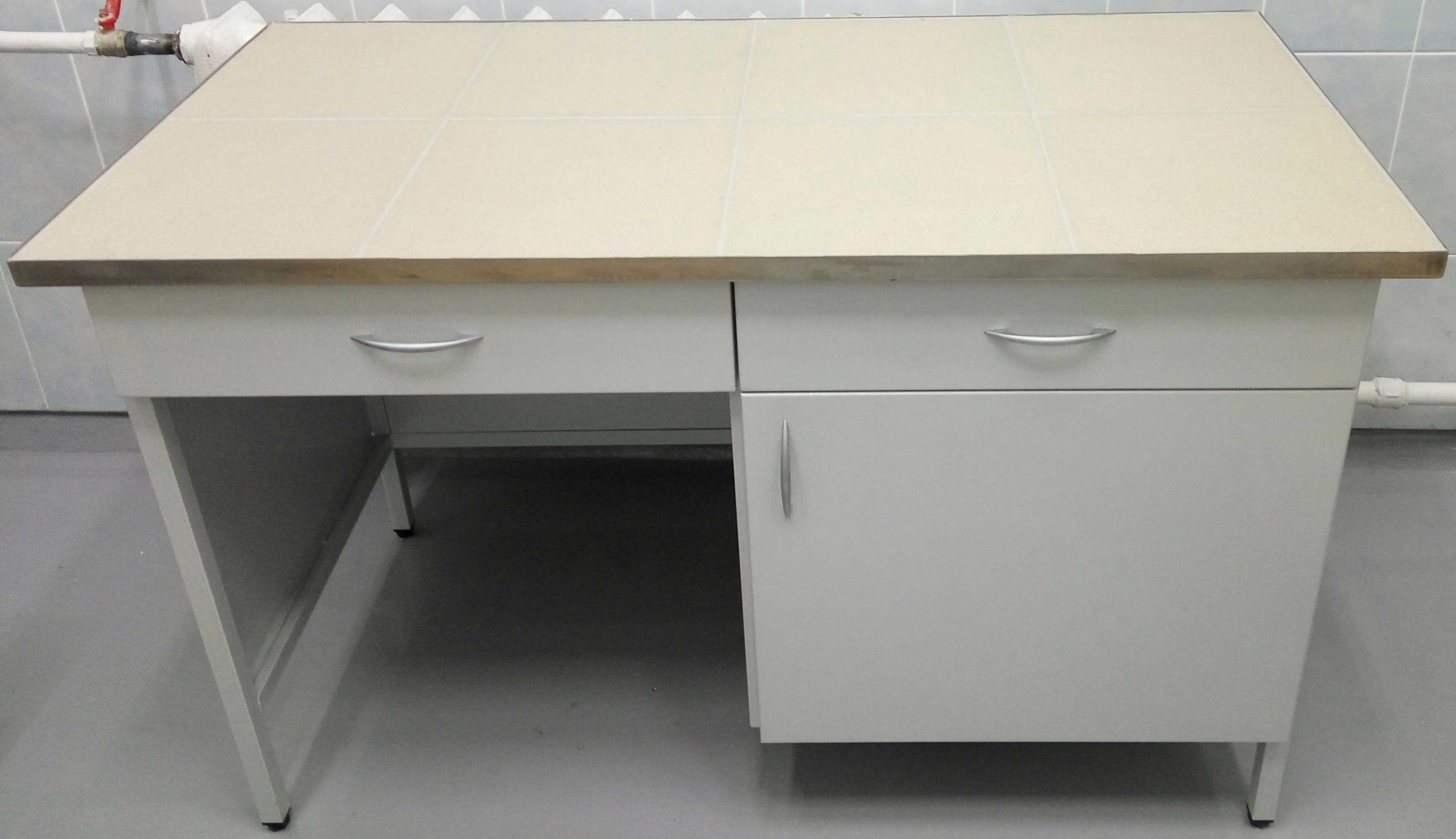 Стол лаборанта на металлическом каркасе с подвесной тумбой.