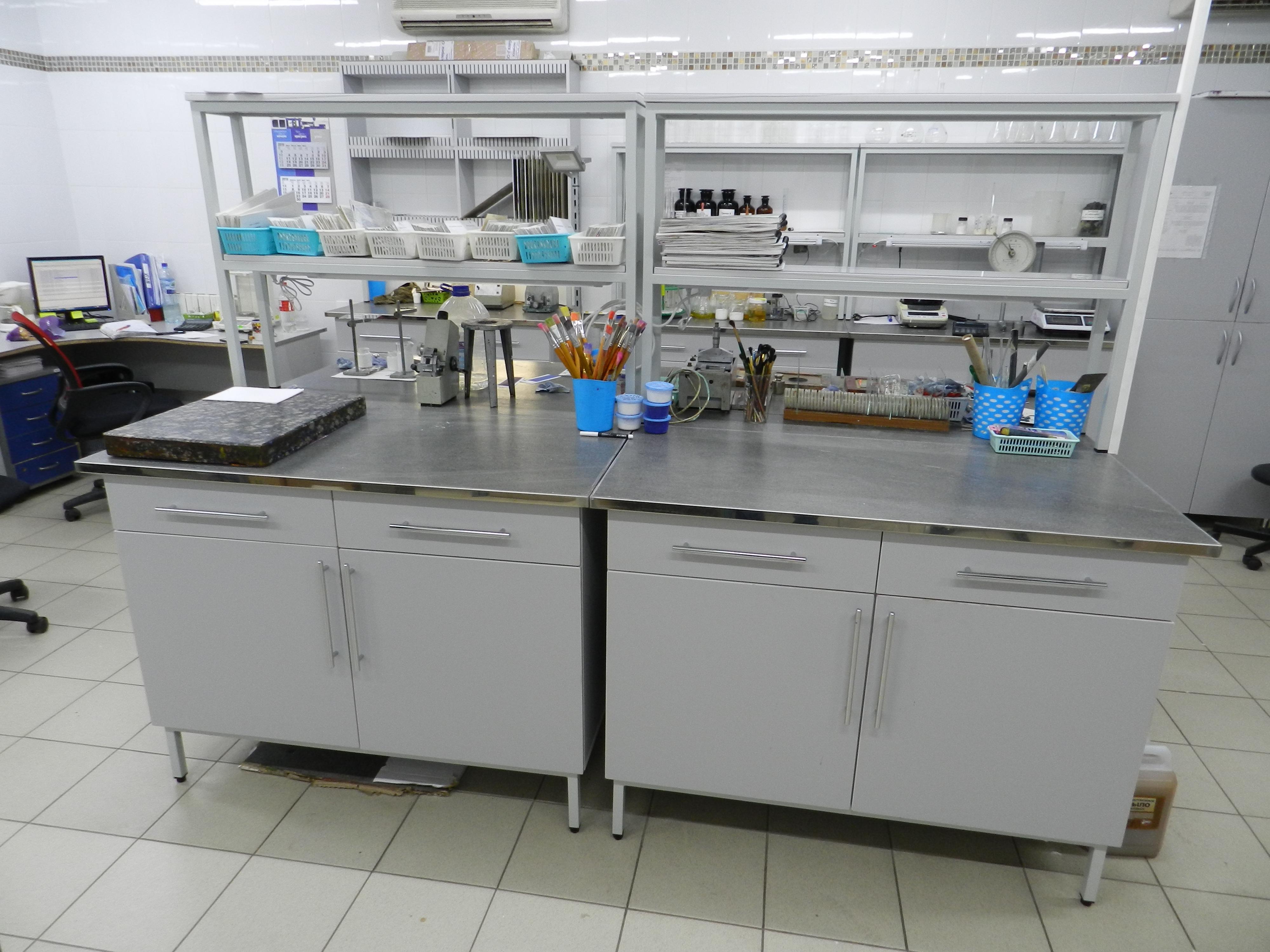 Стол-тумба лабораторный островной на опорных тумбах